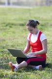 Menina com o portátil na natureza Imagem de Stock
