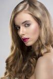 A menina com o retrato de fluxo do cabelo girou no direito Fotos de Stock Royalty Free