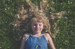 Menina com o retrato longo do cabelo louro fotos de stock royalty free