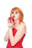 Menina com o strainght do lookin da pimenta vermelha, isolado Foto de Stock