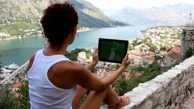 Menina com o tablet pc com tela limpa video estoque