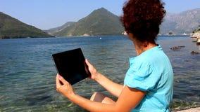 Menina com o tablet pc com tela limpa filme