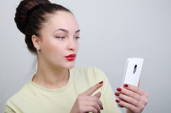 Menina com o telefone Foto de Stock Royalty Free