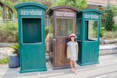 Menina com o telefone público retro fotografia de stock royalty free