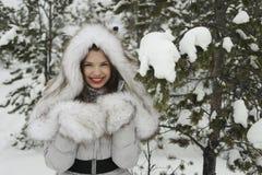 A menina com o urso na floresta do inverno Imagem de Stock