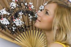 A menina com o ventilador chinês Imagens de Stock Royalty Free