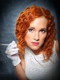 Menina com o vestido branco desgastando e as luvas do cabelo vermelho Fotos de Stock Royalty Free
