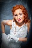 Menina com o vestido branco desgastando e as luvas do cabelo vermelho Imagem de Stock