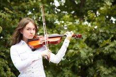 Menina com o violino ao ar livre imagem de stock royalty free
