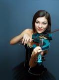 Menina com o violino elétrico azul imagem de stock royalty free