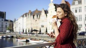 Menina com o waffle na ponte filme