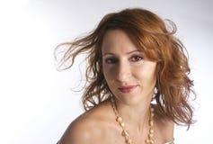 Menina com ondulação no cabelo do marrom do vento Fotos de Stock Royalty Free
