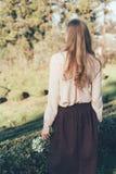 Menina com opinião de fluxo longa do cabelo da parte traseira imagens de stock royalty free