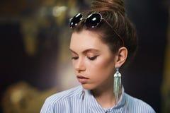Menina com os óculos de sol na cabeça Imagem de Stock