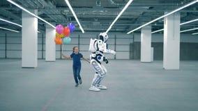 Menina com os balões que correm perto de um cyborg, fim acima video estoque