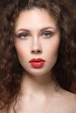Menina com os bordos perfeitos da pele e do vermelho Imagens de Stock Royalty Free