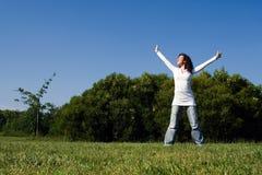 A menina com os braços largos abre Imagem de Stock