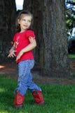 Menina com os carregadores de cowboy vermelhos Fotos de Stock Royalty Free