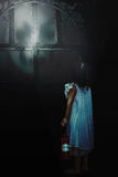 Menina com os demônios da sombra fora fotos de stock royalty free