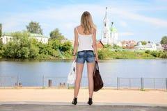 A menina com os dois sacos nas mãos Imagem de Stock