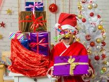 A menina com os fogos-de-artifício que rolam dentro dos olhos é um presente do saco de presentes do Natal Imagem de Stock