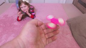 Menina com os giradores da inquietação do corredor do pai filme