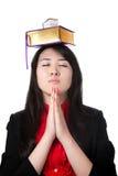 Menina com os livros em sua cabeça Foto de Stock Royalty Free