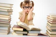 Menina com os livros que desgastam vidros pretos Fotos de Stock