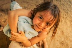 Menina com os olhos de sorriso em Bolívia Imagem de Stock
