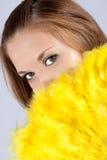 Menina com os olhos muito bonitos com um ventilador. Foto de Stock