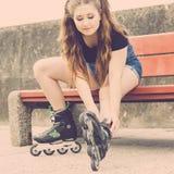 Menina com os patins de rolo exteriores Imagens de Stock