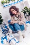 Menina com os presentes do Natal tristes imagens de stock royalty free