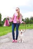 Menina com os sacos de compra na trilha Imagens de Stock Royalty Free
