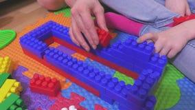 Menina com os tijolos coloridos do brinquedo filme
