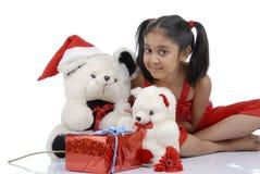 Menina com os ursos da peluche no Natal fotografia de stock royalty free