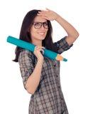 Menina com os vidros que guardam o lápis ciano gigante imagens de stock