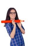 Menina com os vidros que guardam o lápis vermelho gigante Fotografia de Stock Royalty Free
