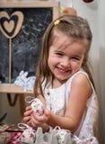 Menina com ovos de easter Fotos de Stock