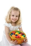 Menina com ovos de easter em uma cesta Fotografia de Stock