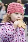 Menina com pão-de-espécie Fotografia de Stock