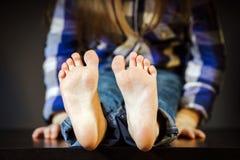 Menina com pé desencapado foto de stock royalty free