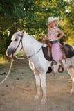 Menina com pônei do animal de estimação. Fotos de Stock