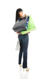 A menina com pacotes da loja Imagens de Stock Royalty Free
