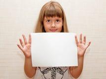 Menina com papel A4 Foto de Stock Royalty Free