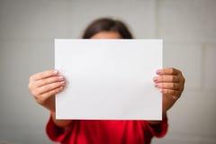 Menina com papel em branco Imagens de Stock Royalty Free