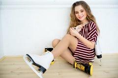 Menina com patins imagens de stock
