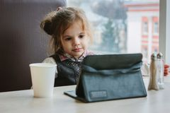Menina com PC da tabuleta foto de stock