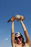 A menina com peixes Foto de Stock