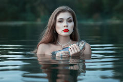 Menina com peixes Foto de Stock Royalty Free