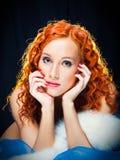 Menina com pele branca desgastando do cabelo vermelho no preto Foto de Stock Royalty Free